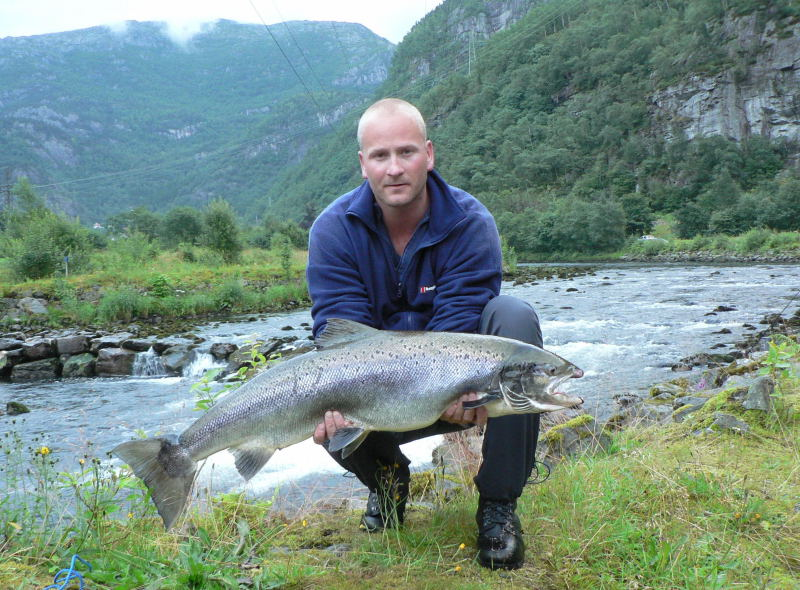 Eirik Gjerd med ein Dalelaks på 10,2kg tatt i Veihølen på makk 3.august. Foto: Morten Lid
