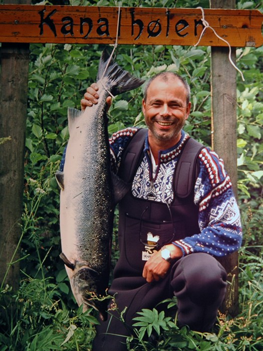 Øystein Sellevold med storlaks teke 1.juli 2001. Foto: Inge Sandven