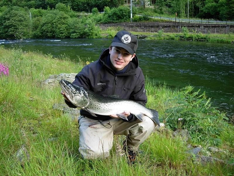 Øyvind Bakke med ein stor grov sjøaure på 4,25kg. Fiske beit på i Hagahølen og vart teke 1.juli. Foto: Inge Sandven