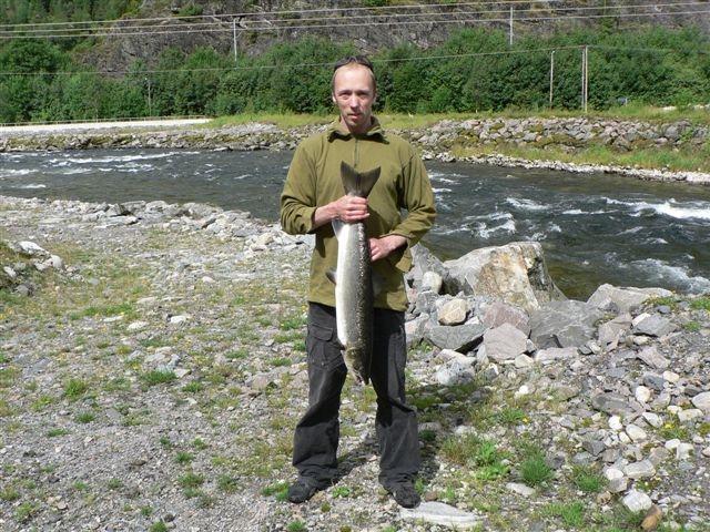 Morten Lid med ein fin mellomlaks på 4,7kg teke i Geitabakken 18. juli. Foto: Roald Arne Kvamme