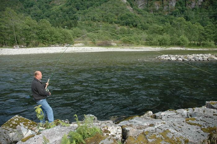 Åamund Karlsen prøvar å lura på land ein laks på det tidlege stamfisket i juni. Foto: Arne R Sandven