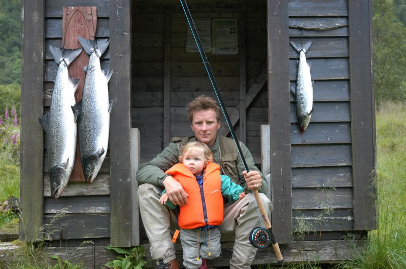 Tore Wiers og dottera Veronica med ein flott dagsfangst i Dalebrua tatt i midten av juli. Laksane vog 7,1kg, 7,4kg og 1,9kg. Foto: Tore Wiers