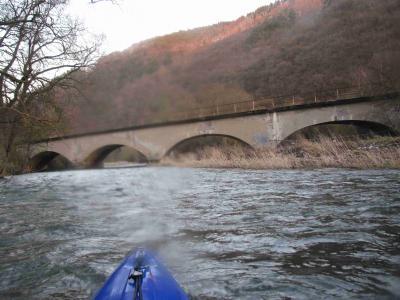 das ist die letzte ehemalige (Nicht mehr aktive) Bahnbrücke dahinter ist ein Campingplatz