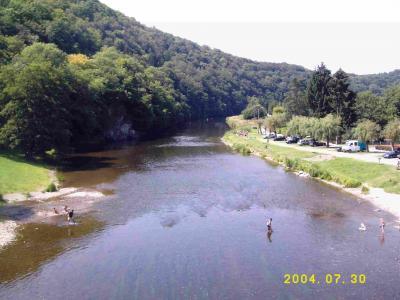 Die Semoise von der Pont de Membre aus in Richtung Bohan irgendwo in dem Hang links führt der Wanderweg entlang.