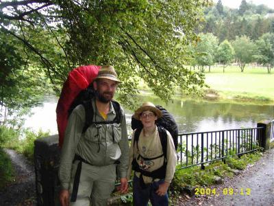 Dank freundlicher Niederländer kamen wir endlich mal zu einem Gruppenbild Vater und Sohn hier September 2004 an der Brücke bei Frahan vor dem Steilaufstieg nach Rochehaut