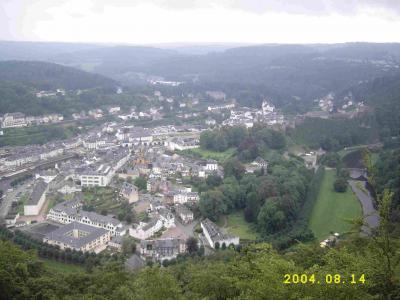Die Belohnung nach dem steilen Aufstieg zum Belvedére Turm ist dieser Ausblick auf das tief im Tal liegende Boillon und die Aussicht dort hinabzusteigen.