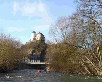 Burg und Ort Kreuzberg Rechts unter der Straßenbrücke Ein/Ausstiegsmöglichkeit mit Parkplatz