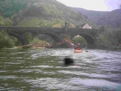 Schwemmgut vom Oktoberhochwasser an der St. Nepomukbrücke jetzt wieder freie Durchfahrt