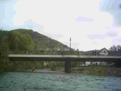 Straßenbrücke in Dernau bei der Winzergenossenschaft, Gute Ein/Ausstiegsmöglichkeit