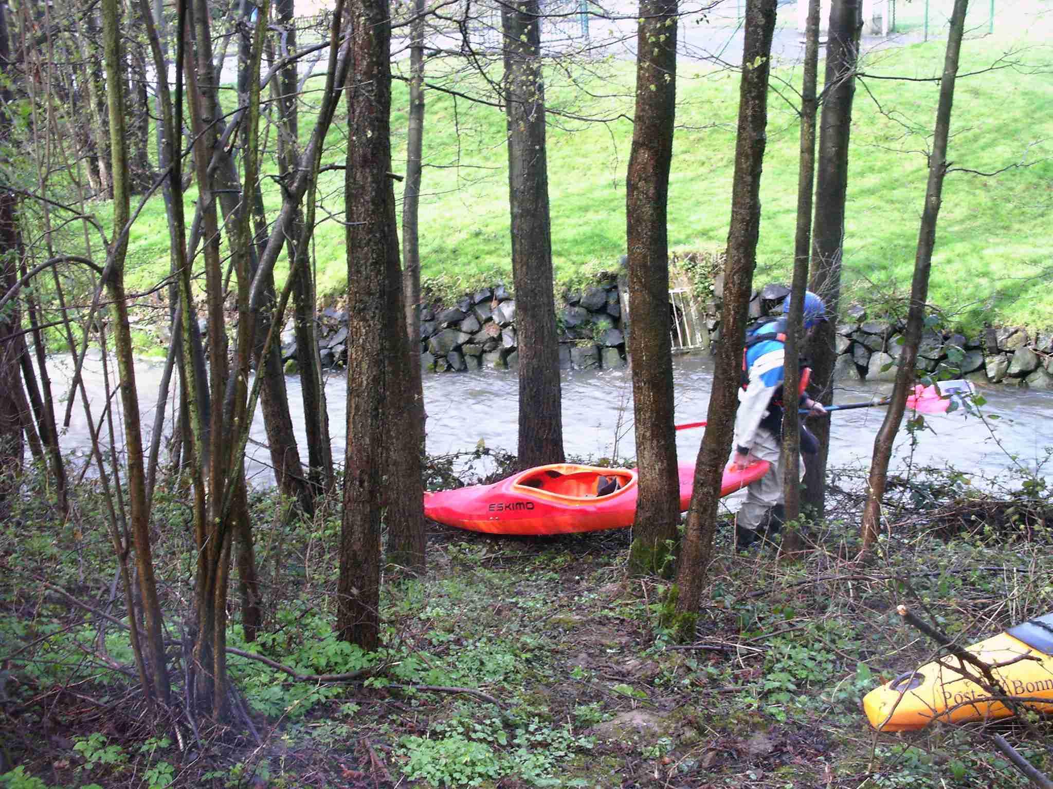 An der Einstiegsstelle kämpften wir uns durch das Unterholz und Brommbeergestrüpp