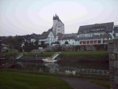 Einstiegsstelle in Diez ist zwischen den Brücken auf beiden Seiten möglich, unter der Straßenbrücke (vorne links im Bild) ist kostenloses Parken möglich