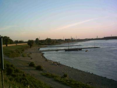 Das Monheimer Rheinufer Blick nach Süden bei dem zweiten Deichtor (hinten) Durchganmg zum KC Monheim