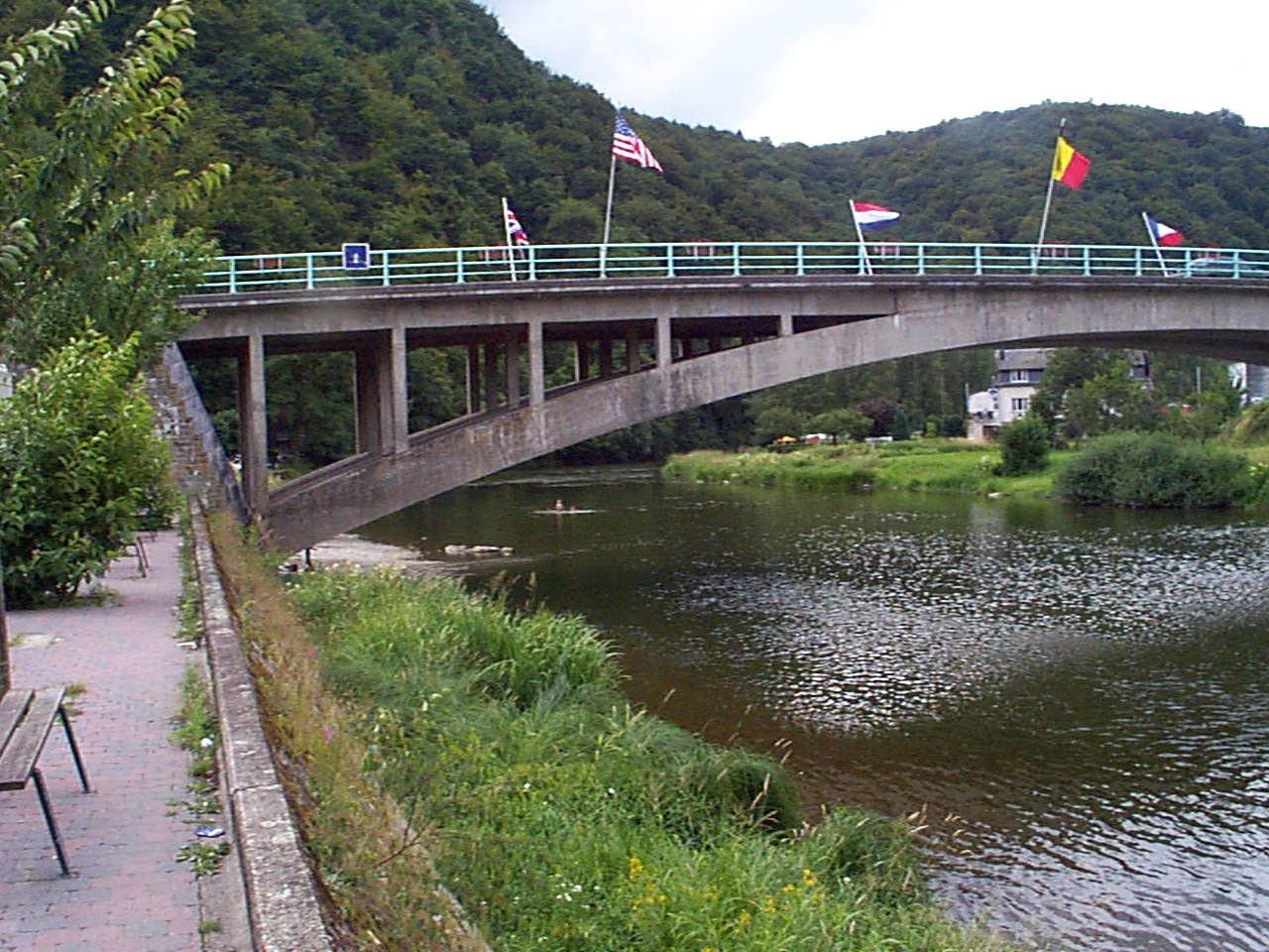 Pont de Bohan, die erste Straßenbrücke über die Semoise in Belgien.