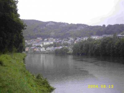 Monthermé an der Maas, zwischen den Bäumen (hellgrüner Fleck) am anderen  Ufer ist die Mündung der Semois