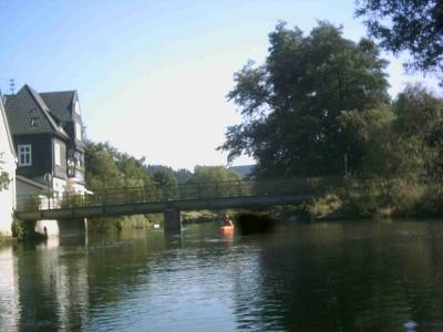 Freusberger Mühle, vor der Brücke rechts anlegen zur Wehrbesichtigung