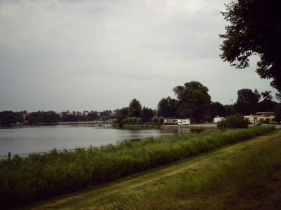 Blick auf das nördliche Wakenitzufer und beim Womo ist das LKV Bootshaus, wo wir zelteten