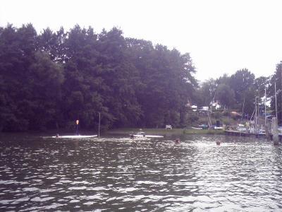 In dieser idyllischen Bucht liegen der Campingplatz an Land und ein Yachthafen im Wasser, Buchholz am Ratzeburger See
