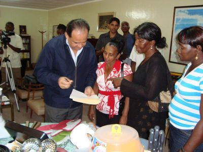 Beneficiarios de las Donaciones y El Embajador Dario Morandy