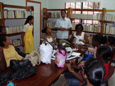 Charla del Bibliotecario y el grupo de alumnos del taller