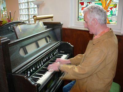 Harald Robbe - begeisterter Harmoniumspieler und Geschichtenerzähler