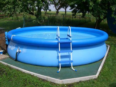 Die jungs privat der 1 pool for Garten pool untergrund