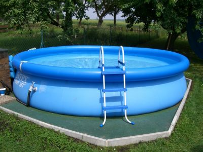 Die jungs privat der 1 pool for Stahlwandpool boden