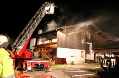 Der Dachstuhl entzündete sich nach einem Blitzeinschlag. Rund 160 Helfer hatten den Brand rasch unter Kontrolle.