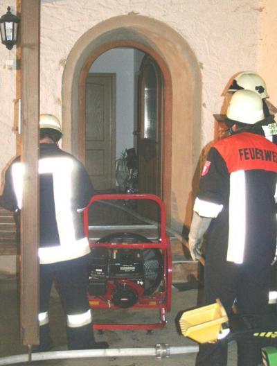 Mit Belüftungsgeräten wurde das Dachgeschoss rauchfrei gemacht