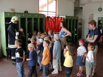 Einsatzkleidung der Feuerwehr - Kindergartenkinder lernen wie sich ein Feuerwehrmann gegen Feuer und Rauch schützt