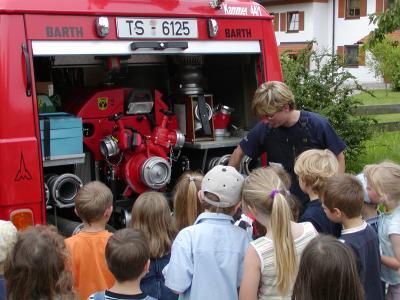 Die Geräte der Feuerwehr haben es den zukünftigen Löschmeisterinnen und Löschmeistern angetan