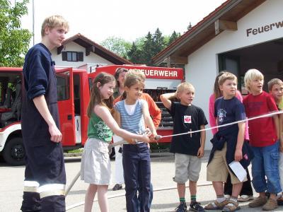 Mit vereinter Frauenpower wird der Feuerwehrschlauch gebändigt