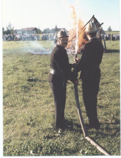 Löschen mit den Hilfsmitteln vergangener Tage - Kein Vergleich zur modernen Arbeit der Feuerwehr