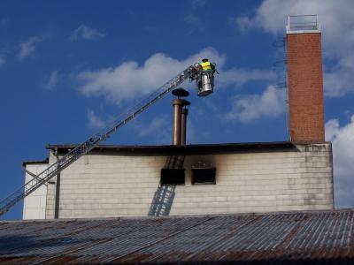 Mittels Drehleiter und Strahlrohr hat man die Gebäudehaut sowie das Dach gekühlt.