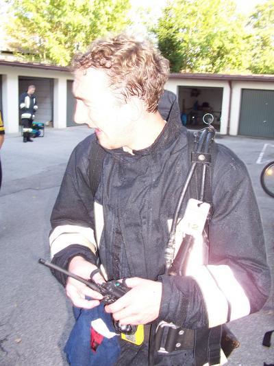 Zahlreiche Atemschutz- und Höhenrettungstrupps der alarmierten Feuerwehren aus Haslach, Hochberg, Kammer, Traunreut, Traunstein und Wolkersdorf waren im Einsatz. Das Bild zeigt Georg Osenstätter (Feuerwehr Kammer) nach dem Innenangriff.