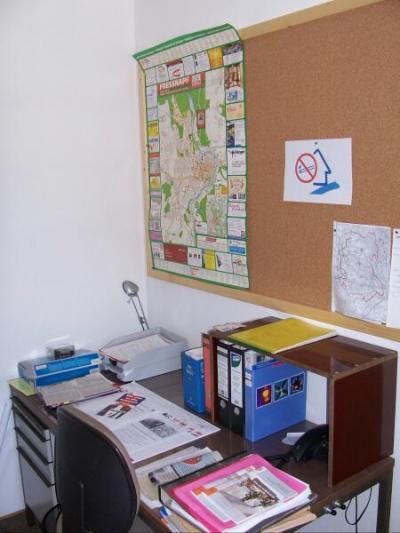 Büro. Schreibtisch und Einsatzzentrale