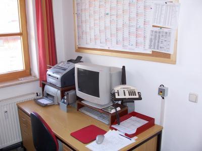 Büro. Schreibtisch mit PC-Arbeitsplatz