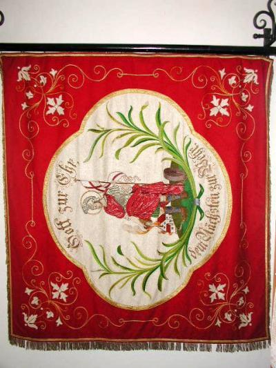 Die alte Vereinsfahne wurde vor einigen Jahren restauriert und ist im Fahnenschrank des Feuerwehrhauses ausgestellt