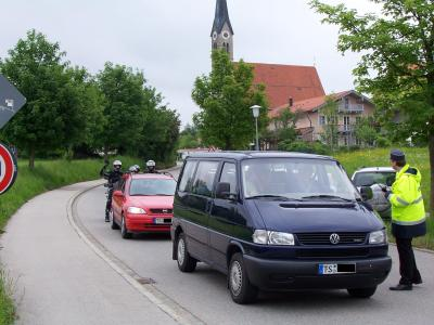 Straßensperre auf der TS 1 während die Prozession diese überquert