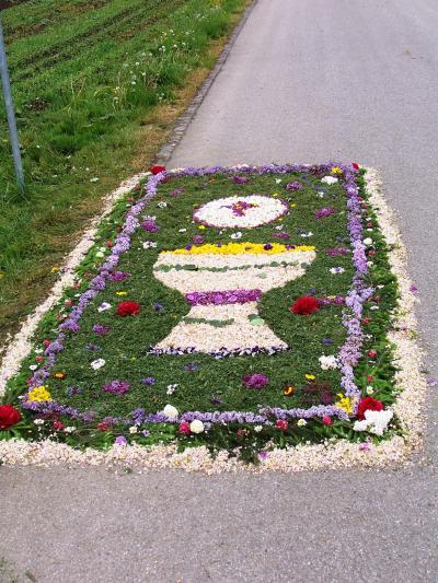 Kinder der Pfarrgemeinde errichteten in mühevoller Kleinarbeit diesen Blumenschmuck am Wegrand der Sportplatzstraße
