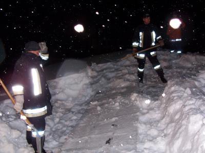 Die Fahrzeughalle des Feuerwehrhauses musste von der Schneelast befreit werden