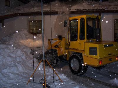 Schweres technisches Gerät war notwendig um die Schneeberge abzutransportieren