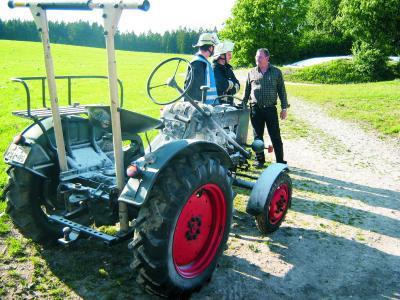 Traktor nach dem Ablöschen des Motorbrandes