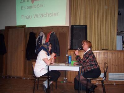 Auf dem Arbeitsamt Sandra und Karin