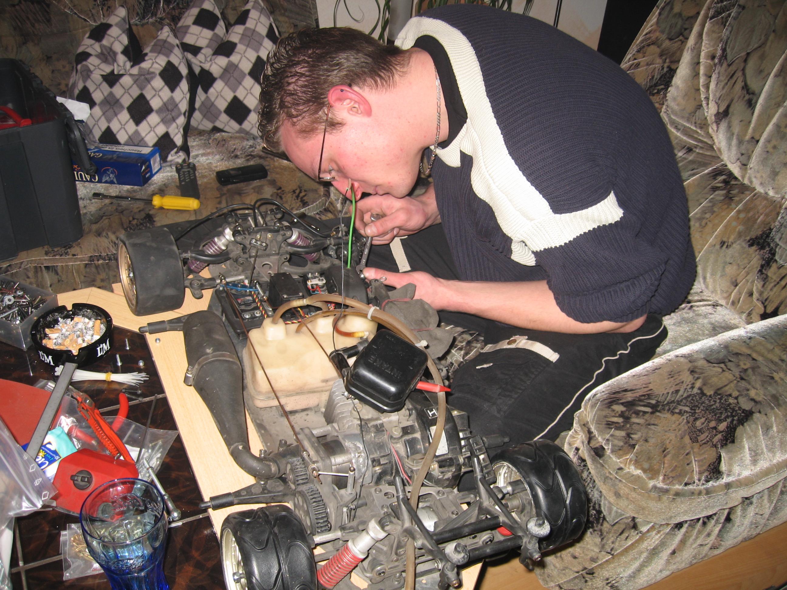 Der Manu bei der letzen Reparratur vorm Verkauf seines Audis