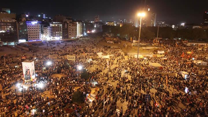 27 mayıs gecesi İstanbul taksim gezi parkı direniş olayları bize her yer gezi kalabalık taksime akın etti çarşı ultraslan gençfb herkes burada cumhuriyet bekçileri