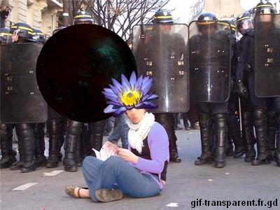 un c006flo manifestant au beau milieu d'une rue de Paris, qui reo0069t un gros boulet par la tt0065