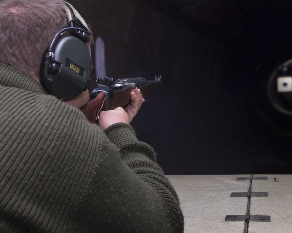 Schütze schießt mit dem 30M1 Carbine auf 25 Meter