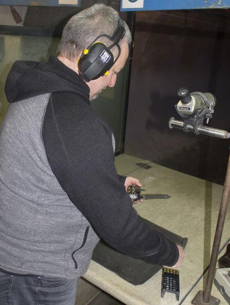 Kurzwaffenschütze lädt seinen Revolver.