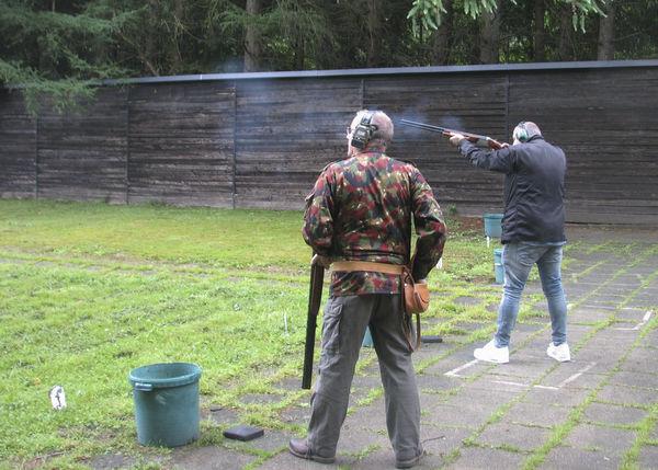 Zwei Schützen beim Trapp schießen