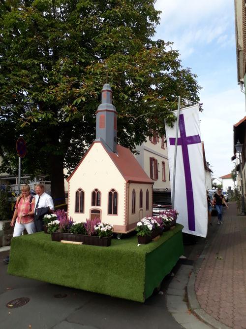 Modell der Kirche auf einem Wagen